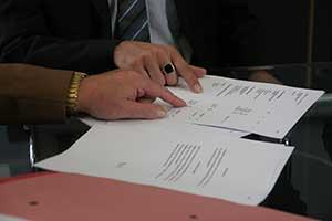 Revisión y firma de un contrato